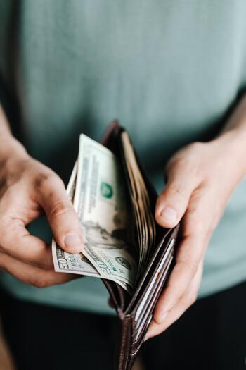 現金や銀行通帳など、貴重品の管理も何かと心配ですよね。貴重品は同じ場所にまとめて置かないようにする方が、リスクを分散できます。預かってくれる人が近くにいる場合は、留守の間だけ頼んでしまうのも良いでしょう。