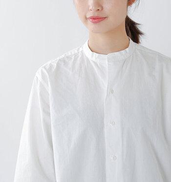 襟周りや脇、袖など経年によって糸がほつれたり、虫食いや摩擦などで穴が空いてしまう洋服。小さな穴や目立ちにくい場所であればそのまま縫い合わせてしまうのもありですが、目立ちにくくきれいに補修するなら同じ色柄の生地をあてて丁寧にふさいであげましょう。