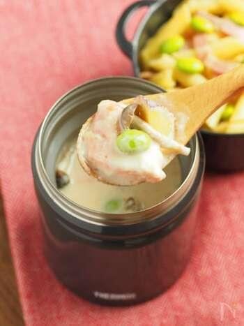 鮭とさつまいも、しめじを使ったほっこり体があたたまるスープのレシピ。みそを加えた牛乳ベースのスープなので、旨味とまろやかさが鮭やさつまいもにマッチします♪スープジャーに入れてお弁当に持って行くのもいいですね。