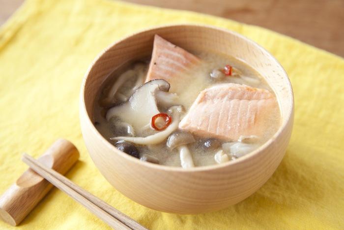 ゴロっと入った鮭やきのこが食べ応えバッチリな味噌汁のレシピ。この一杯だけでも満足感があるので、ランチにもよさそうですね。唐辛子を少し加えてピリ辛に仕上げるのがおいしさのポイント!