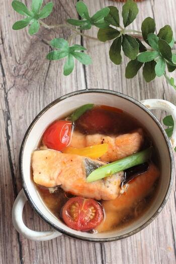 鮭のレシピとしてはちょっとめずらしい、エスニックなスープ。彩り豊かな野菜がたくさん入って、食べ応えも栄養もばっちりですね。お酢とラー油で酸味と辛味が楽しめる、大人におすすめのスープです。