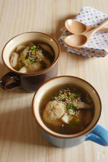 すりおろしたレンコンと鮭を混ぜた団子が入ったスープ。鮭フレークを使うので、手軽に作れますよ。鶏がらスープの素で中華風な味付けにしていて、食べやすいのもポイント。寒い日の汁物におすすめです。