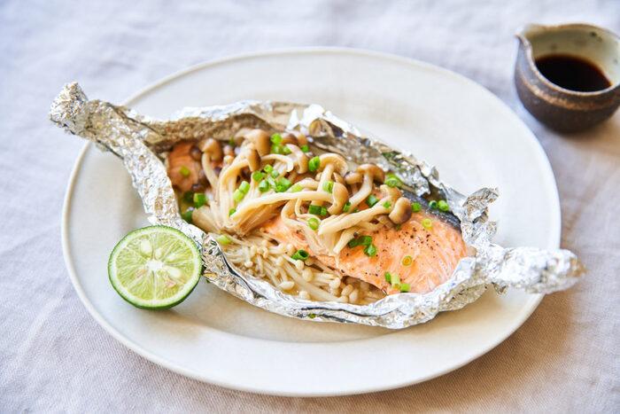 定番メニューの鮭のホイル焼き。鮭と相性のいいキノコは好きなものでアレンジしてもいいですね。キノコのいい香りを閉じ込めるために、アルミホイルは隙間のないように包むのがポイントです。