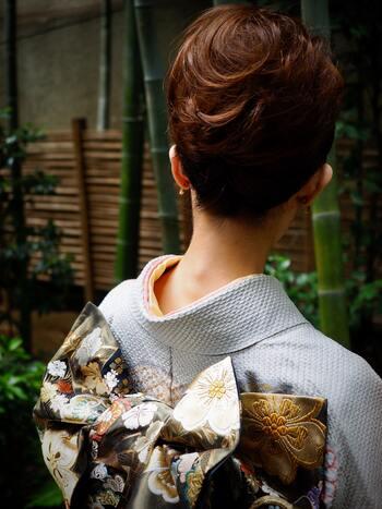 A. リメイク 古くなったり虫食いで着られなくなったものでも、華やかな着物生地や帯のほか、肌触りの良い長襦袢や半衿などパーツによって特性はさまざま。それぞれの特性を活かしたアイテムとしてよみがえらせることができます。  柔らかくて優しい色合いのものが多いの半衿は、巾着袋やポーチに。しっかりとした帯ならパーティ用のクラッチバッグにリメイクしてみるのもオススメです。