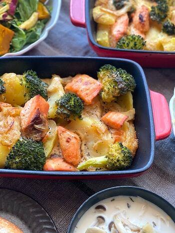 鮭やじゃがいも、ブロッコリーがゴロっと入った食べ応えのあるグラタン風の一皿。味噌とマヨネーズの味付けは鮭やじゃがいもにマッチ!ガーリックパウダーで食欲そそる香りに仕上がりますよ。