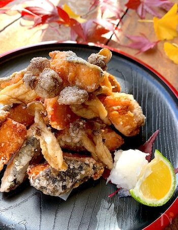 お酒のお供にもぴったりな鮭の竜田揚げのレシピ。下味にマヨネーズを使っているのでコクのある味わいになり、カラッと揚がる効果も。シメジやえのきなどのキノコも一緒に揚げれば、食感も楽しめます。