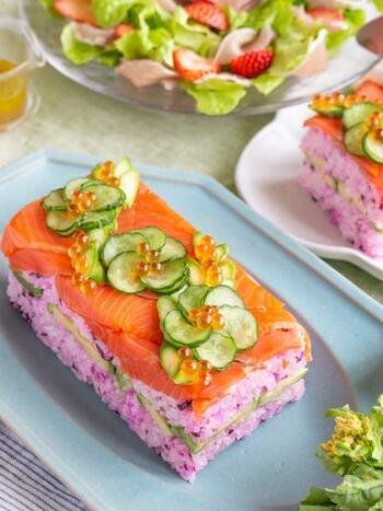 パーティーメニューにぴったりなサーモンの押し寿司。カットすればテリーヌのようにもなります。ピンク色のご飯はしば漬けを混ぜるだけなので意外と簡単。牛乳パックを型にするので、気軽にトライできますよ。
