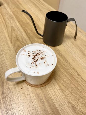 マグカップで温めた牛乳にマロンペーストと練乳を溶かし、ホワイトチョコを加えて作るホットラテ。仕上げにふわふわのフォーミルクとココアをトッピングしたら完成です。本格的なのに、マグカップひとつで作れる手軽さも魅力。