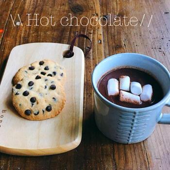 電子レンジで温めた牛乳にチョコレートを溶かしたオーソドックスなホットチョコレートのレシピです。熱々のドリンクにマシュマロをトッピングして、とろける濃厚な甘さを楽しんで。