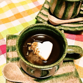 牛乳とビターチョコレート、ラム酒、マシュマロで作る、ちょっとほろ苦な大人風味のチョコレートドリンク。仕上げのシナモンパウダーがアクセントになっており、とろけるマシュマロが贅沢な気分にさせてくれます♪