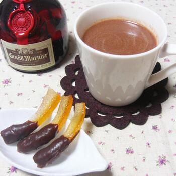 小鍋に入れた牛乳に刻んだチョコレートを加え、丁寧に溶かして作ります。チョコレートはビターやクーベルチュールを使うのがおすすめ。リキュールを加えると、夜のリラックスタイムにぴったりな大人好みの一杯に。