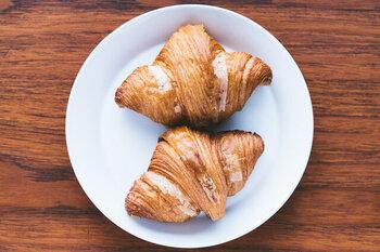 食べごたえもばっちりなパンやマフィンなどのペストリーは、チョコレートドリンクと一緒に食べることでより奥深さを感じられます。バターのコクと小麦の香ばしさが合わさり、チョコレートの濃厚さがさらにアップ!