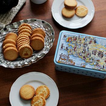 クッキーやマシュマロなどの定番お菓子は、もちろんチョコレートドリンクと好相性です。マシュマロはトッピングにでもおなじみですが、口の中でしゅわっととけるのも楽しい♪甘さ控えめのクッキーやサブレ、ビターなチョコドリンクには甘めのお菓子など、甘さのバランスを考えて組み合わせると美味しく感じられます。