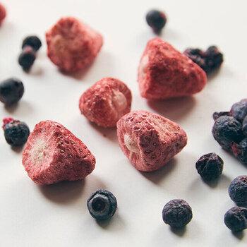 イチゴやオレンジなどの酸味があり爽やかなフルーツは、チョコレートドリンクの甘さをさっぱりと引き立ててくれます。フレッシュなくだものはもちろん、風味をぎゅっと濃縮したオレンジピールやドライフルーツもおすすめです。