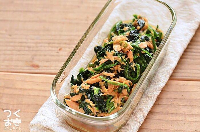 ツナとオイスターソースの魚介系の旨味が、ほうれん草においしくからんでいます。ほうれん草は茹でたあとにフライパンで炒めるので、固めに茹でるのがおいしさのポイント。