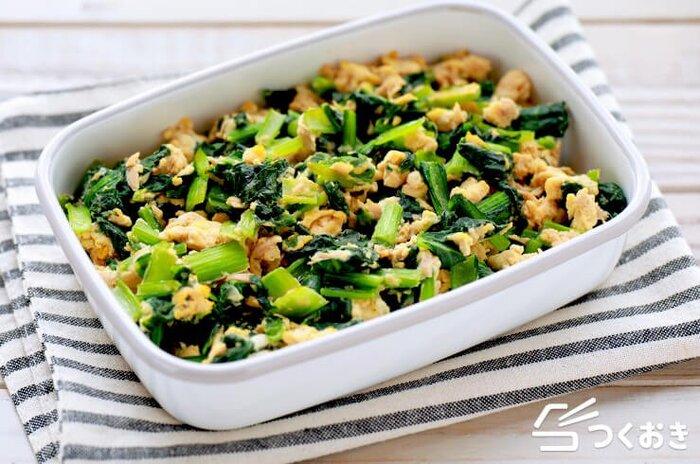 クセがなくて優しい味のおかず、小松菜のツナたまご炒めのレシピです。シンプルな味付けでとっても食べやすい。小松菜の葉は火が通りやすいので、サッと炒めるのが調理のポイントです。