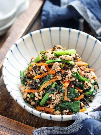 具沢山だけど、パパっと作れるレシピ。甘辛そぼろとすりごまの効果で、小松菜が食べやすく仕上がっています。