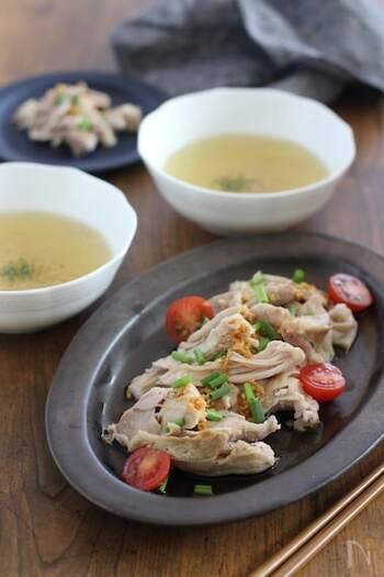 メイン料理とスープの2品が同時に作れる、忙しい日にうれしいレシピ♪ 一緒に作れるスープには、鶏のうま味が溶け出し、深みのある味わいに。トマトや青ネギを散らして、彩りをプラスしてより華やかに仕上げましょう。