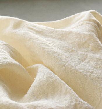 リネン素材は織り糸がザックリしていて弾力性に乏しく破れやすいのが特徴。そのためお直しには、裏側に補強テープを入れてほつれにくくしてから手縫いで紡ぐ方法がオススメです。  小さな穴であれば、端布を粉状にほぐしたものを手芸ボンドと混ぜ、裏面から平たく馴染ませるようにふさぐ方法もあります。