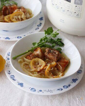 レモン×マスタードでさっぱりと仕上げた豚バラ煮込み。 豚バラ肉は、全面をしっかりと焼いて余分な油を落とすことが美味しく作るポイントなのだそう。 同じくトロトロになったレモンと一緒に召し上がれ♪