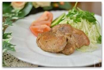 肉厚ジューシーなお肉に、ほんのりとした甘い香りと味わいがたまらなく美味。 ご飯も付け合わせの野菜も進む一品は、ごちそう感もたっぷりです♪
