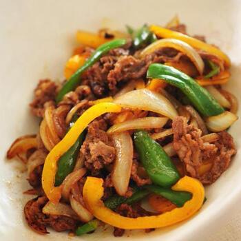 ハンバーグによく使われるナツメグを味付けに加えた炒め物。牛肉にしっかり味を付け、野菜と一緒に炒めて仕上げます。ピーマンやパプリカで彩りがプラスされ、食感も楽しめますね。