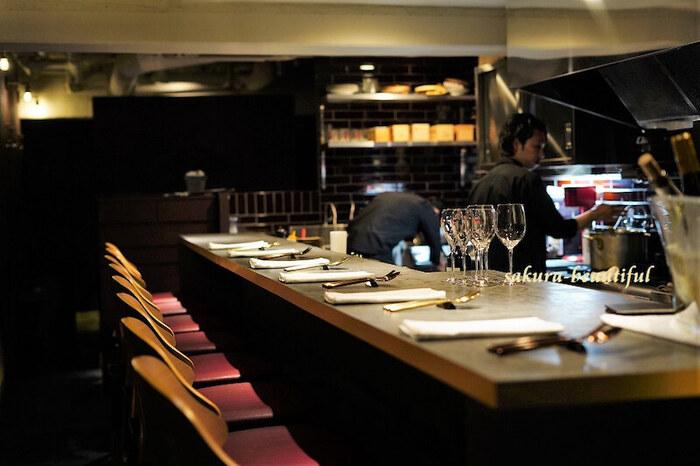 大人の雰囲気が贅沢な気分を盛り上げてくれる店内。カウンター席ではキッチンの様子を間近で見ることができます。