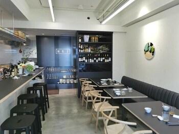 オープンしたばかりですが、早くもその美味しさが口コミで広がっています。カフェのような内装は、初めてのお客さんでも入りやすい雰囲気です。