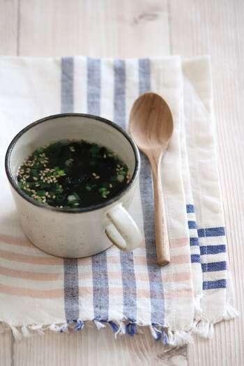 マグカップに材料を入れてお湯を注げば完成。ごま油の香りがふわっと香るスープは簡単なのに、間違いないおいしさです。焼きのりの消費にもおすすめです。