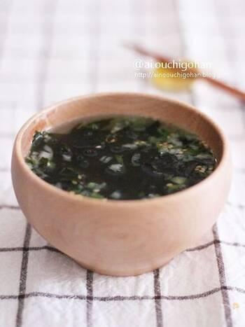 味付けに液体の塩こうじを使ったレシピです。塩こうじには身体にもうれしい成分がたくさん入っています。いつものわかめスープと一味違った味をぜひ。