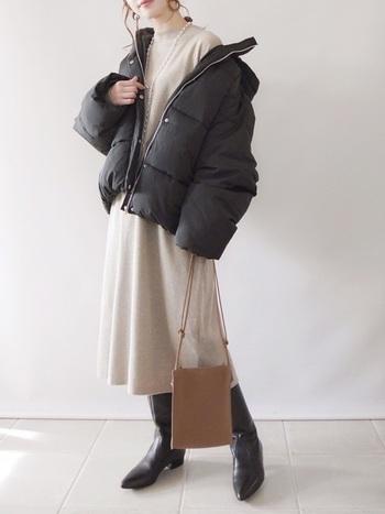 ダウンにワンピースやスカートを合わせる時は、フレアが控えめで長めのスカートがおすすめ。縦長のラインが生まれて着ぶくれ感を和らげてくれます。