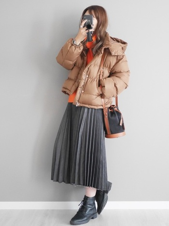 細いプリーツの入ったスカートも全身がすらっと見える優秀アイテムです。スポーティーになりがちなダウンを可愛く着こなせますね。