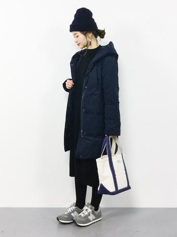上品なニットワンピースを合わせれば大人女子らしいフェミニンコーデに。バッグやスニーカーをさりげなくアクセントにすると黒が際立ちますね。