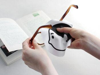 スマホの日常的な掃除に役立つのが、メガネのレンズ拭きです。シンプルでいて愛らしいこんなデザインなら、職場や人前で使いやすいですね。  メガネと併用するのではなく、スマホ用に用意しておくことをおすすめします。