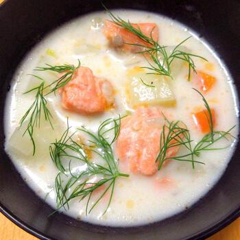 ロヒケイットは、フィンランドで愛されるサーモンのクリームスープで、サーモン×ジャガイモに、ディルの爽やかさがピッタリのスープです。ディルは、比較的スーパーでも手に入りやすいハーブでドライのタイプも売られているので、ぜひチェックしてみてくださいね。お子様にも喜ばれるレシピです。