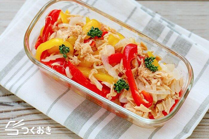 赤と黄色のパプリカを使ったツナ入りのマリネは、食卓を鮮やかに彩りたいときにぴったりの惣菜です。がっつりとしたお肉料理の付け合わせなどにもおすすめ。マリネ液にはツナ缶のオイルも入れて、ツナの旨味を存分に楽しみましょう♪