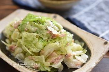 レタスを手でちぎったら、ツナと調味料をしっかり揉み込むだけでできるお手軽サラダは、あと一品欲しい…!というときの救世主。ニンニクを効かせた塩ダレが、食欲をそそります。