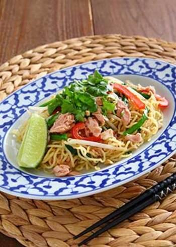 タイの定番料理のパッタイは、エスニックな香りと甘酸っぱい味わいが特徴で、一度食べたら好きになる人も多い麺料理です。ノンオイルのツナ缶を使うことでさっぱりとした仕上がりになり、ナンプラーの風味やライムの香りを存分に楽しめます。 ナンプラーが苦手な人は醤油で代用しても◎
