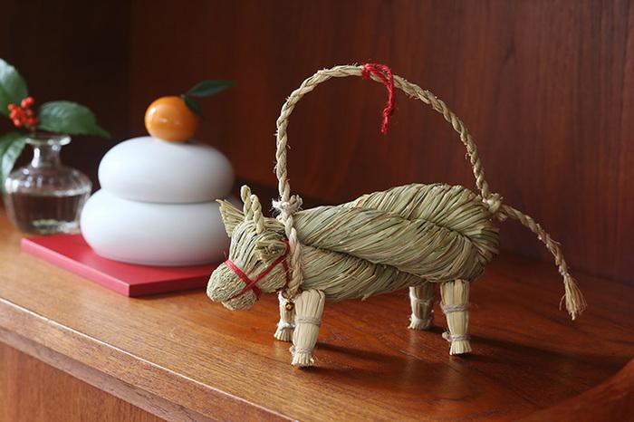 藁で作られた丑の注連縄飾です。手に取ると天然の藁ならではの爽やかな香りが漂います。和室やナチュラルなお部屋に似合いそうなデザインです。首には真鍮の小さな鈴が付いています。