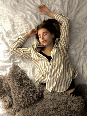 睡眠が思うように取れていないと、心身共に休まらずストレスが溜まってしまう原因に。また疲れをしっかり取ることができないため、体調不良につながってしまうことも。仕事や勉強に集中できず生活に支障が出てしまうので、それがさらにストレスとなってしまうかもしれません。