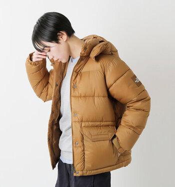 ダウンアウターの定番と言える【THE NORTH FACE】。「キャンプシェラショート」はリサイクル可能な素材で作られたエコなダウンジャケットです。フードは取り外し可能、裾のコードを絞ればよりスリムになりますよ。