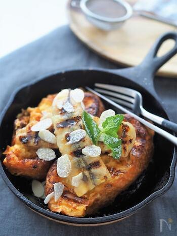 スキレットでフレンチトーストを作ると、おしゃれなカフェ風に。朝食にもおやつにもなりそう。こちらは、バナナフレンチトースト。休日の朝などにゆったりと楽しみたいですね。