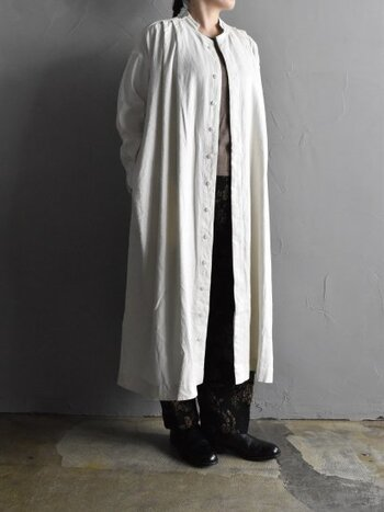 シンプルなトップスに柄パンツを合わせたリラックススタイルに、白のシャツワンピースを羽織ったスタイリングです。お仕事中は自分が一番楽なコーディネートで、通話などをする際だけシャツワンピをサッと羽織る。これだけでも、きちんと感がアップしますよ。