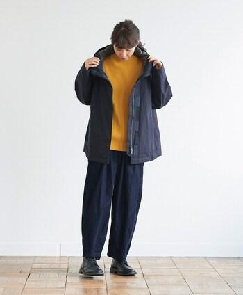 メンズライクなワークジャケットには、キレイ色のトップスを合わせて女性らしさをアップ。ボトムスはあえてメンズ感のあるゆるデニムで、カジュアルながらもキレイめなテイストをプラスしたコーディネートにまとめています。