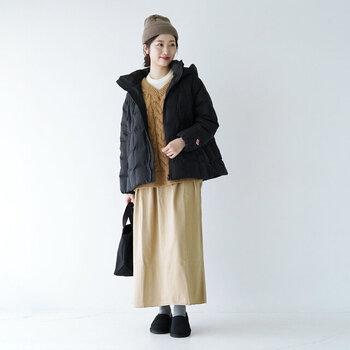 黒のキルティングダウンジャケットに、ベージュのニットとタイトスカートを合わせた着こなし。タイトスカートのすとんと落ちるシルエットが、ナチュラルながらも品のある雰囲気を演出しています。ニット帽や季節感のあるシューズで、防寒性をプラスするのも忘れずに♪