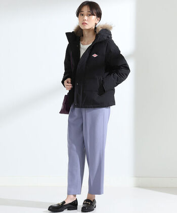 黒のファー付きダウンジャケットに、キレイめカラーのパンツを合わせたスタイリング。パッと目を引くパープルカラーのパンツなら、女性らしい上品さをアピールできます。足元はローファーで、カジュアル感を抑えているのもポイント。