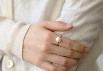 K18GPのゴールドリングに、一粒の淡水パールをあしらった立体感のある指輪です。人差し指などにひとつ身に着けるだけでも、存在感があり上品な華やかさを演出できます。