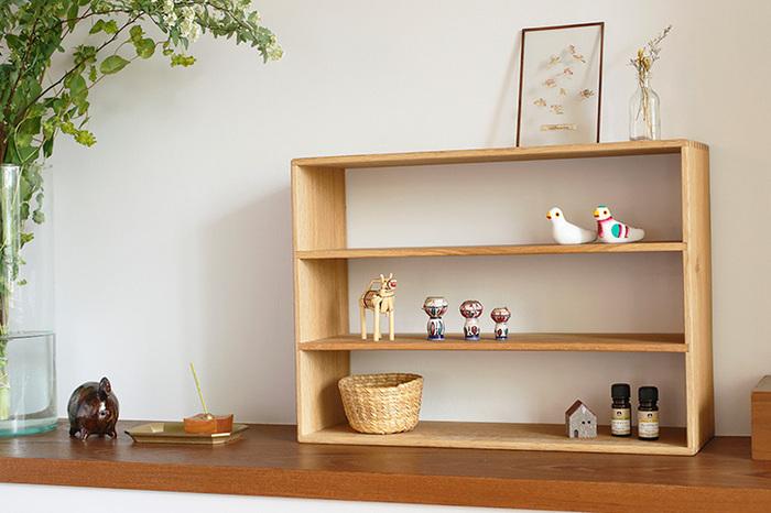 ナラ材で作られた棚は、奥行きが浅いので飾り棚に丁度いいです。ネジを使わず、指物の仕上げなので、スッキリとした雰囲気もあります。