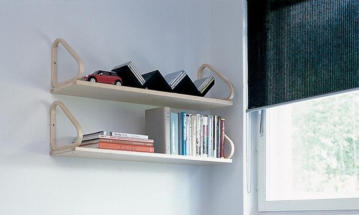 壁に取り付ける棚はバーチ材の滑らかな曲線が美しい表情です。サイドが大きく開いているので、飾ったオブジェも色々な角度から目に入ります。