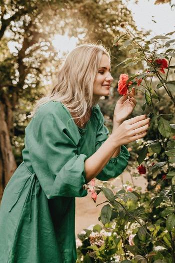 一日中オフィスの中にいたり、たくさんの人の中で過ごしたり。そんな日々が続くと、知らず知らずの間にストレスがたまり、心がしぼんでしまいがちに。疲れたな…と感じたら、意識的に自然と触れ合う時間を作りましょう。近くの公園や神社を訪れてみる、花や木々に触れるみる、どうしても行けないときには写真を見るだけでも◎日常と切り離した環境に身を置くことで、疲れた心や体のリセットとなるでしょう。